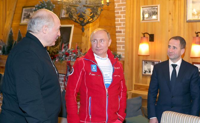 На фото (слева направо): президент Белоруссии Александр Лукашенко, президент России Владимир Путин и посол России в Белоруссии Михаил Бабич