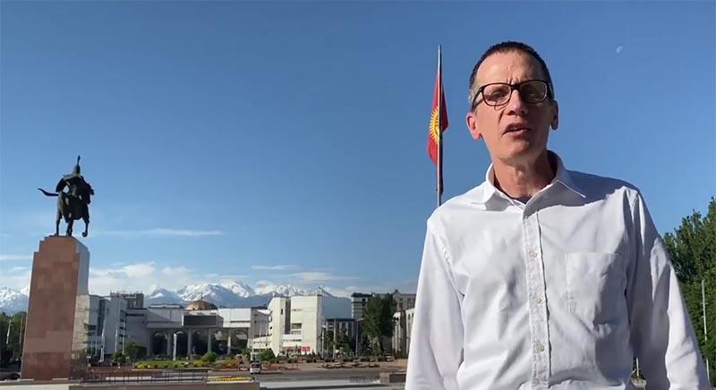 Главным организатором выступлений оппозиции аналитики называют посла Великобритании в Бишкеке, кадрового разведчика МИ-6 Чарльза Гарретта.